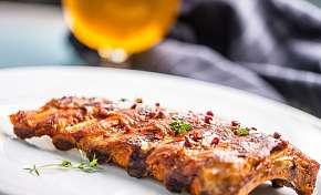 Sleva 55% - 1,5 kg marinovaných žebírek se zeleninovou oblohou ve Švejk restaurantu Strašnice