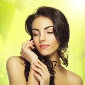 Sleva 64% - Kadeřnický balíček + kosmetické ošetření a líčení = celých 215 minut hýčkání.