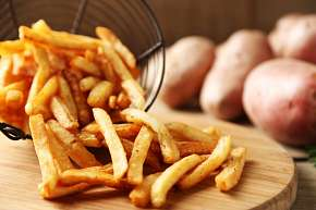 Sleva 54% - Plněná kuřecí kapsa se slaninou a sýrem s hranolky + espresso s mlékem ve stylové…