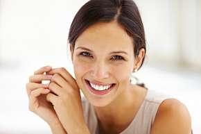 Sleva 77% - Bělení zubů bez peroxidu: bezbolestně a šetrně za pomoci LED lampy Magic White v…