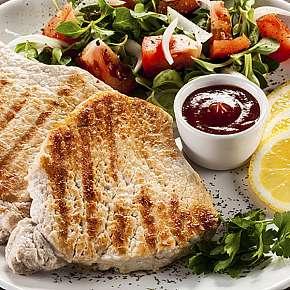 Sleva 38% - Vepřové a kuřecí steaky s přílohou + zmrzlinový pohár a espresso pro 2-6 osob ve…