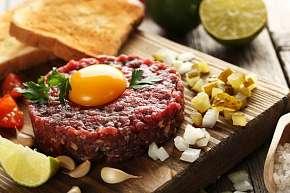 Sleva 41% - Menu pro 2 až 4 osoby: 250 g či 500 g tatarského bifteku včetně 10 nebo 16 ks…