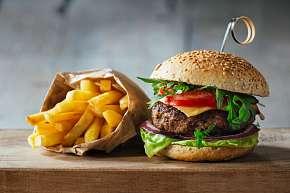 Sleva 52% - Burger a smažené hranolky, domácí tatarka nebo kečup: menu pro 1 nebo 2 osoby ve…