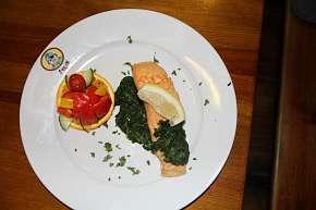Sleva 50% - Pečený losos se špenátem + zmrzlinový pohár: menu pro 1 osobu v Restaurantu u Švejka…