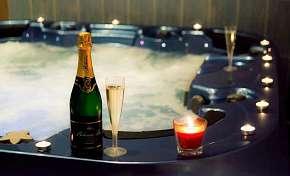 Sleva 44% - Privátní vířivka a infrasauna až na 200 minut: VIP romantika s možností vína, sektu,…