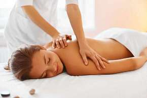 Sleva 50% - Uvolňující Breussova masáž či masáž lávovými kameny pro ženy