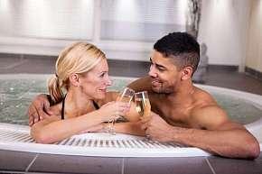 Sleva 50% - Privátní vířivka a infrasauna až na 155 minut: VIP romantika s možností vína, sektu,…