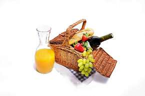 Sleva 29% - Piknikový koš plný raw dobrot s lahví vína pro 2 osoby z MyRaw Café na Praze 1