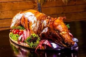 Sleva 53% - Masové prkno s 3 druhy masa nebo šunkové selátko s hranolky a omáčkami v Hospůdce u…