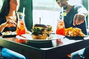 Sleva 17% - Hovězí burger s přílohami, domácí limonádou a omáčkami nebo netradiční hot dog v…