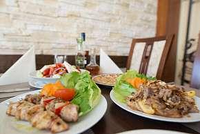Sleva 0% - Degustační tradiční řecké masové plato s přílohou pro dva v restauraci Delphi Greek…