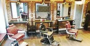 Sleva 22% - Profesionální střih vlasů a vousů ve stylovém J&B Barber shopu v Nuslích s nápojem…